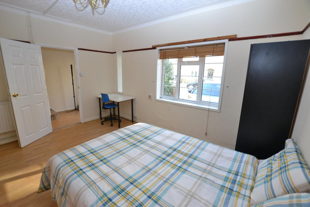 Ames Cottage, Hearnshaw St, **SEPTEMBER LET**, London, E14 7QY
